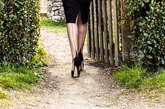 l'entre du pays des merveilles... (normamisslegs) Tags: woman silhouette glamour shoes legs secret femme silk jardin sensual heels bas extrieur couture ff nylon jambes fully talons cervin fashioned sensuelle tentation sensualit escarpin escarpins nylonstrmpfe lgante misslegs balabe