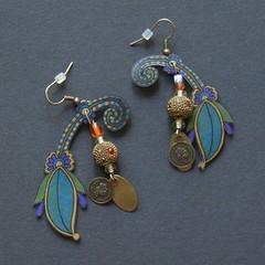 indi (fabrikarine) Tags: fleur vintage collier bijoux plastic boucle fou cuivre doreille
