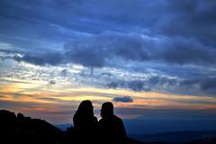 Amores (txelldomec) Tags: life sunset love sol contraluz pareja amor live free paisaje cielo fr francia castillo montaas viedos atardeser tautavel