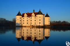 Schloss Glücksburg am Morgen (N.Köster) Tags: orange see wasser alt insel gelb schloss sonne sonnenaufgang morgen spiegelung stimmung burg holstein schleswig glücksburg