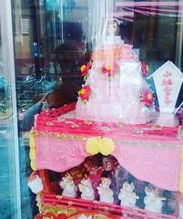 ケーキ屋さんのショーウィンドウにお菓子の人形が飾ってあったので見に行ったら、タイトルが「小林幸子」だった件。幸子、かわいい。