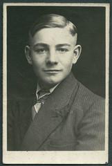 Archiv E137 Lichtbild, 1930er (Hans-Michael Tappen) Tags: boy portrait man fashion 1930s outfit portrt mann junge krawatte kleidung passfoto lichtbild 1930er archivhansmichaeltappen