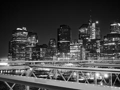 A few stars in the sky (Paco CT) Tags: bridge blackandwhite bw usa ny newyork skyline skyscraper puente construction exterior nightshot outdoor perfil unitedstatesofamerica edificio bn brooklynbridge infrastructure construccion nocturna rascacielos 2016 infraestructura obracivil pacoct nonbuildingstructure