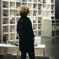 Just warming up (emrold) Tags: barcelona night square danielle windowshopping shoeshopping kodakroyalgold400 vsco xf35mmf14r lensblr photographersontumblr fujifilmxt1 vscofilm05 2016ericdelorme|emrold barcelona2016