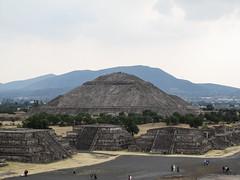 """Teotihuacan: vue sur la Pyramide du Soleil depuis la Pyramide de la Lune <a style=""""margin-left:10px; font-size:0.8em;"""" href=""""http://www.flickr.com/photos/127723101@N04/25604993686/"""" target=""""_blank"""">@flickr</a>"""