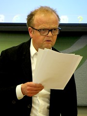 "Actor Toby Jones reads from ""Guantnamo Diary"" by Mohamedou Ould Slahi (Andy Worthington) Tags: london westminster politics protest housesofparliament portcullishouse guantanamo sw1 politicalprotest andyworthington londonsw1 tobyjones mohamedououldslahi grimondroom guantanamodiary"