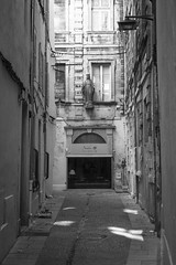 On the side  @  Avignon (sunnybille) Tags: street bw france canon frankreich sw rue avignon perspektive 2015 ontheside strase strasenansicht