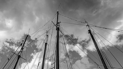 Buiten beeld 2 (Peter Jaspers) Tags: sky blackandwhite bw holland monochrome clouds sailboat boat blackwhite zwartwit harbour olympus netherland mast zuiko omd monnickendam 2016 em10 outofview dedoka buitenbeeld 918mm frompeterj
