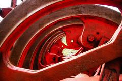 Schau durch einen Pflug (Silaris Inc.) Tags: alt eisen landwirtschaft pflug rost rot stahl badbentheim niedersachsen deutschland de da1855alii 1855 kitobjektiv pentax1855mm pentaxkit pentax k30