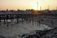 Coucher de soleil sur la jete (Chemose) Tags: ocean sunset india beach water canon eos coast soleil eau jetty indian january coucher cte 7d janvier plage indien tamilnadu coromandel jete inde pondicherry southindia pondichry puducherry indedusud