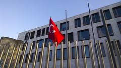 Botschaft der Trkei in Berlin-2 (Christine Mller) Tags: berlin deutschland trkei fahne botschaft hilal mondsichel trkische trkisch