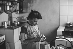 Naquela cozinha... (Francine de Mattos) Tags: portrait retrato pretoebranco luznatural francinedemattos fotografeumaideia amoremformadefoto