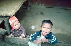 Naya Pul kids (bortx_) Tags: life nepal portrait people ruta kids rural trekking canon lens gente kodak retrato hill streetlife nios streetphoto pelicula analogue poon himalaya portra senderismo annapurna naya fd streetshot fillm analgico 160 at1 canonat1 pul fdlens  streetstory nayapul