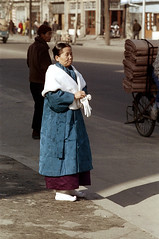 31-319 (ndpa / s. lundeen, archivist) Tags: street city winter woman man color fall film 35mm clothing candid coat nick citylife streetphotography streetlife korea clothes sidewalk korean seoul 1970s southkorea 1972 31 curb dewolf traditionalclothing nickdewolf photographbynickdewolf reel31