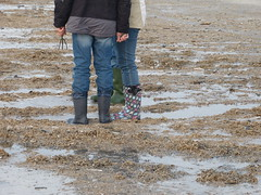Smalltalk (willi2qwert) Tags: beach wet water girl strand women wasser wellies rubberboots gummistiefel wellingtons gumboots rainboots regenstiefel