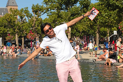 Museumplein - Amsterdam (Netherlands) (Meteorry) Tags: summer people man holland male guy water netherlands smile sunglasses amsterdam pose fun museumplein fly pond europe candid south nederland august tourist latino t rijksmuseum paysbas sud homme zuid noordholland tang 2015 meteorry museumkwartier photopose amsterdampeople