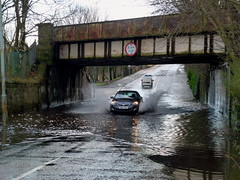 King St Bridge is Flooded Again (4) (dddoc1965) Tags: park street bridge cars water scotland king flooded splashing ferguslie dddoc davidcameronpaisleyphotographer