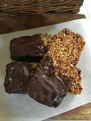 Barres de crales au chocolat (kathnko) Tags: cranberries chocolat muesli fruitssecs floconsdavoine barredecrales alaune barredecralesauchocolat barresaumueslifaitemaison