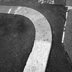 a real indication (blinq) Tags: street sidewalk curve asphalt curb markings kurve markierung gehsteig strase markierungen