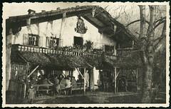 Archiv D694 Im Oberland bei Rosenheim, 1930er (Hans-Michael Tappen) Tags: 1930s outdoor balkon hut architektur tradition rastplatz gasthaus knickerbocker tracht hausschmuck bauweise 1930er archivhansmichaeltappen bayerischeslandhaus
