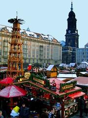 Striezelmarkt mit Kreuzkirche (c) AugustusTours (AugustusTours) Tags: schnee winter dresden weihnachtsmarkt sachsen pyramide striezelmarkt kreuzkirche