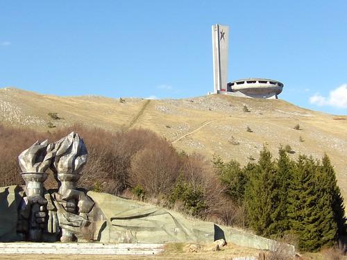 La vue de la maison du Parti Communiste depuis la route