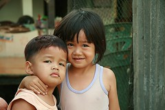 brother and sister (the foreign photographer - ) Tags: portraits canon thailand kiss sister brother bangkok toddlers khlong bangkhen thanon 400d