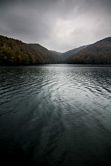 Plitvice national park, Croatia (pas le matin) Tags: voyage travel autumn lake water forest canon landscape nationalpark eau europe outdoor lac croatia shore 7d serene ripples paysage forêt croatie plitvice plitvicka plitvička autumne plitvičkajezera plitvickajezera hrvstka canoneos7d canon7d