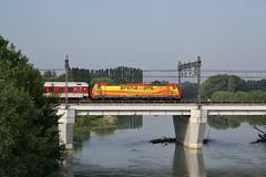 C'è arancione e arancione... (Maurizio Zanella) Tags: italia fiume trains db ponte railways aw alessandria ferrovia treni autozug tanaro arenaways e483019