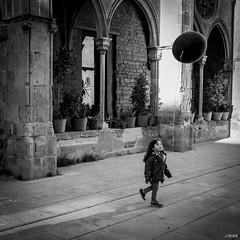 L'instant prsent (Julien Rode) Tags: voyage street ballon nb enfants portfolio rue espagne ville barcelone personnage jeux