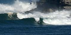 CHUS FIOCHI / 8561GNW (Rafael González de Riancho (Lunada) / Rafa Rianch) Tags: sea mer sports mar rocks surf waves surfing cliffs olas rocas cantabria deportes laisla océano acantilados santamarina