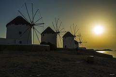 Gigantes en Mykonos - Giants in Mykonos (Juanjo RS) Tags: sun sol beach mar europa playa molino grecia chora mykonos mikonos molinosdeviento aspas egeo cicladas maregeo islascicladas mykonosgrecia mikonosgrecia juanjors choramykonos