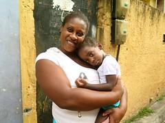Mae e filha (CatComm | ComCat | RioOnWatch) Tags: brazil water gua brasil riodejaneiro sewage favela picapau esgoto cordovil