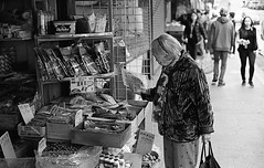 Curious Shopper, Chinatown, SF (bclook) Tags: sanfrancisco street leica classic 50mm chinatown noiretblanc kodak trix d76 summicron schwarzweiss selfprocessed m6 400iso 502 filmisnotdead istillshootfilm bwfp