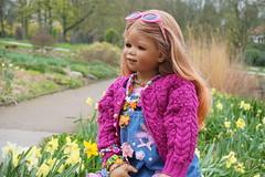 Tivi ... (Kindergartenkinder) Tags: park essen dolls outdoor sony pflanze feld wiese blumen blume landschaft garten baum annette personen narzissen osterglocken magnolie tivi gruga himstedt kindergartenkinder