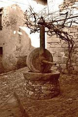 La macina (frank28883) Tags: pietre pietra borgo passato lavoro seppia antichit verbania verbanocusioossola cavandone