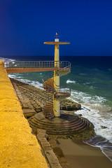 Cdiz - Acceso a la playa (Juan Ig. Llana) Tags: espaa costa mar andaluca agua playa cdiz escaleras anochecer orilla acceso delavictoria decaracol