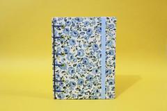 Mini-Caderno 'Floral Azul' (Bella Mia Ateliê) Tags: handmade crafts feitoàmão bookbinding caderno handbooks cadernos papelaria cadernosartesanais cartonagem encadernaçãoartesanal 100artesanal produtosartesanais papelariaartesanal costurabelga encadernaçãomanualartística