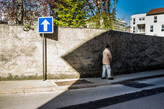 ~17~ (Julien.Rapallini) Tags: road street city blue light sky urban man france building tree wall french town lumire bleu route ciel arrow rue mur arbre panneau ville homme immeuble trottoir canne urbain ain flche goudron oyonnax