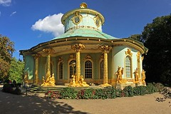 Sans Souci: Chinese House (3) (AntyDiluvian) Tags: trip sculpture building berlin architecture germany garden deutschland entrance palace cupola figure column chinoiserie gilded sanssouci potsdam gilding 2015 chinesehouse