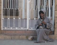Fardeau (cafard cosmique) Tags: africa street portrait portraits photography photo foto image northafrica retrato streetphotography portrt morocco maroc maghreb tradition portret enfant marruecos extrieur ritratto essaouira marokko marrocos afrique
