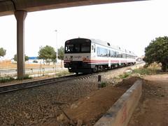 Tren de Renfe (Unidad 592-201) pasando por debajo del puente de la CV-33. ALDAIA (Valencia) (fernanchel) Tags: adif ciudades renfe aldaia spain поезд bahnhöfe railway station estacion ferrocarril tren treno train rodalies cercanias c3 592201 atomico