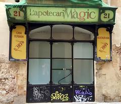 L'Apotecari Mgic Centre Obert Labour (neg_ocio) Tags: cerrado juego letrero antiguo cartel tipografa tradicional negocio