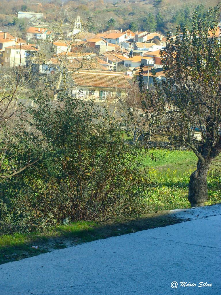 Aguas Frias (Chaves) - ... vista da aldeia com a água do tanque congelada ...
