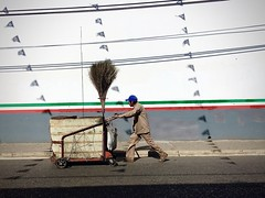 Barrendero (-jamesstave-) Tags: street city blue red white man color verde green blanco lines azul wall mexico pared calle rojo shadows stripe ciudad oaxaca raya cleaner sombras broom hombre sweeper escoba baseballcap pushcart lneas barrendero iphone5s gorradebeisbol carrodelempuje