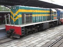 Little GE D9E-251 at Saigon station. (Barang Shkoot) Tags: station asia south bobo engine railway loco vietnam locomotive hcm ge railways gauge saigon hcmc 1964 indochina generalelectric sgn metre rotfai đườngsắt d9e