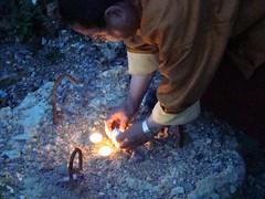 Lama Gyourmé allumant une bougie sur un pieu de fondation