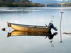 Reflejos en paz (TeresalaLoba) Tags: portugal rio reflections river boat barca c galicia mio reflejos vianadocastelo minho internationalbridge vilanovadecerveira puenteinternacional goian riomio puentefronterizo minholima borderbridge spainteresalaloba vilanovadecerveira038