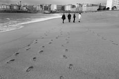 Los 4 de la playa (Anxo Becerra) Tags: byn primavera blancoynegro beach edificios corua ciudad playa arena casas hoteles atlntico oceano paseando lacorua riazor oceanoatlantico a ciudaddecristal playaderiazor