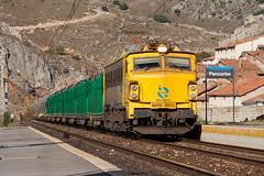 Tren de tubos y cereal por Pancorbo (ordunte) Tags: cereal freight mitsubishi renfe tubos mercante pancorbo mitsubishi251 trendetubos